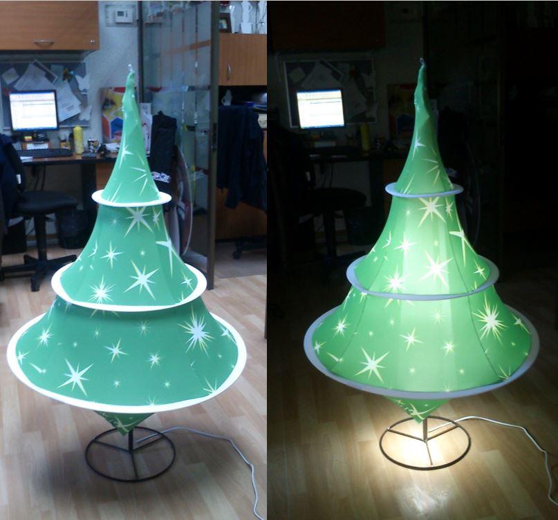 Arbol de Navidad. Estructura Fibra de Vidrio, Impresión Textil, iluminado.